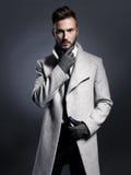 Homme élégant bel dans le manteau d'automne Photo libre de droits