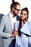 Homme élégant bel en verres dans le costume avec la belle femme sexy dans la robe colorée Image libre de droits
