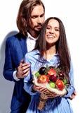 Homme élégant bel en verres dans le costume avec la belle femme sexy dans la robe colorée Photos stock
