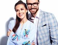 Homme élégant bel en verres dans le costume avec la belle femme sexy dans la robe colorée Photographie stock libre de droits