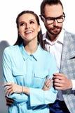Homme élégant bel en verres dans le costume avec la belle femme sexy dans la robe colorée Images libres de droits