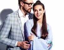 Homme élégant bel en verres dans le costume avec la belle femme sexy dans la robe colorée Photographie stock