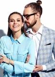 Homme élégant bel en verres dans le costume avec la belle femme sexy dans la robe colorée Photos libres de droits