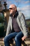 Homme élégant dans des lunettes de soleil appréciant le soleil Image libre de droits