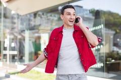 Homme élégant dans la veste rouge de denim se sentant très heureuse Photos libres de droits