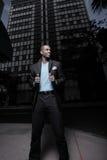 Homme élégant dans la ville la nuit Photos libres de droits