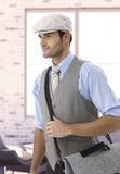 Homme élégant dans le chapeau quittant le bureau Photographie stock