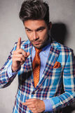 Homme élégant dans le costume à carreaux faisant des gestes pour que vous vous comportiez images stock