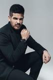 Homme élégant dans le noir avec la montre en main image libre de droits