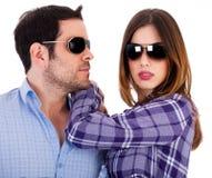 Homme élégant et femmes utilisant des lunettes de soleil Image stock