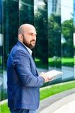 Homme élégant extérieur photos libres de droits