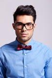 Homme élégant occasionnel portant une cravatte de proue Photos stock