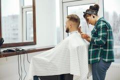 Homme élégant s'asseyant dans un raseur-coiffeur image libre de droits