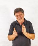 Homme élégant se tenant et faisant des gestes avec ses mains Photos stock
