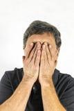 Homme élégant se tenant et faisant des gestes avec ses mains Photographie stock libre de droits