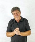 Homme élégant se tenant et faisant des gestes avec ses mains Photos libres de droits