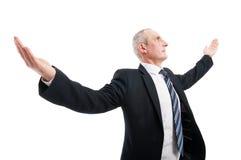 Homme élégant supérieur de vue de côté posant comme un gagnant Images stock