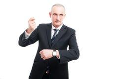 Homme élégant supérieur montrant la montre-bracelet Images libres de droits