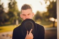 Homme élégant tenant le chapeau Plan rapproché Photo stock