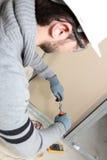 Homme élevant des électricités de maison Photographie stock libre de droits