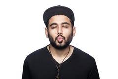 Homme émotif avec le T-shirt et le chapeau noirs Images stock