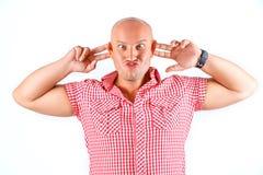 Homme émotif fort dans la chemise sur le fond blanc images stock