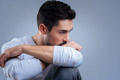 Homme émotif pensant à la coupure avec son amie Image libre de droits