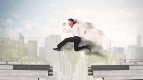 Homme énergique d'affaires sautant par-dessus un pont avec l'espace images libres de droits