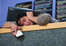 Homme épuisé s'étendant sur le compteur images stock