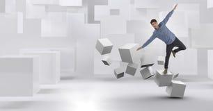 Homme équilibrant sur les cubes surréalistes géométriques Images libres de droits