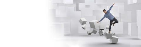 Homme équilibrant sur les cubes surréalistes géométriques Photo stock