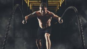 Homme établissant avec des cordes de bataille au gymnase Photo libre de droits
