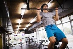 Homme établissant en gymnastique Images stock