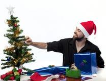 Homme étant prêt pour Noël photographie stock