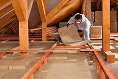 Homme étendant la couche d'isolation thermique Photo libre de droits