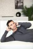 Homme étendu sur un divan Image libre de droits