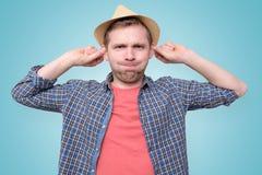 Homme étirant des oreilles tout en ressemblant au singe photo stock