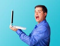 Homme étonné avec l'ordinateur portatif Images libres de droits