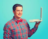 Homme étonné avec l'ordinateur portatif Image libre de droits