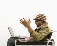 Homme étonné avec l'ordinateur portatif. Photos libres de droits