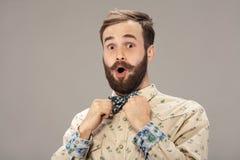 Homme étonné avec la barbe et la moustache Expression choquée de visage, d'isolement Photographie stock libre de droits