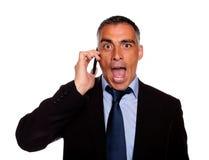 Homme étonné d'affaires sur le portable Image stock