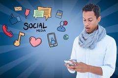 Homme étonné employant le media social au téléphone intelligent Images stock