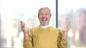 Homme étonné heureux, fond brouillé banque de vidéos