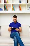 Homme étonné regardant le PC de comprimé Photo libre de droits