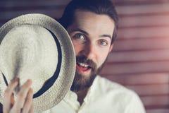 Homme étonné tenant le chapeau Photo libre de droits