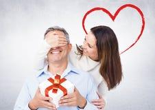 Homme étonnant de sourire de femme avec un cadeau Image stock