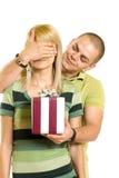 Homme étonnant une femme avec le présent Image stock