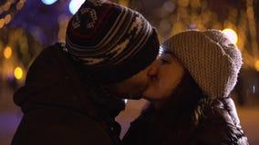 Homme étreignant et embrassant l'amie la nuit banque de vidéos