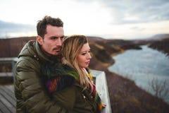 Homme étreignant la femme en Islande Photographie stock libre de droits